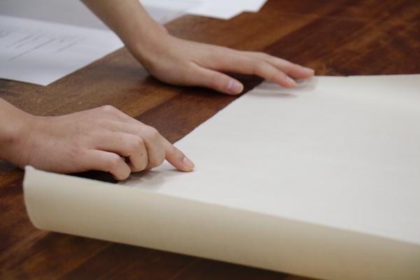 今回使用した和紙はたくさん叩いてあり、繊維が細かくて滑りの良い、薄い竹紙。礬水(どうさ)引きをしなくてもあまり滲まないそう。和紙とは思えないツルツルの紙です。